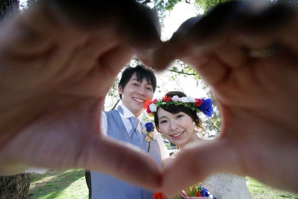 婚活ブログ_結婚式で手でハートを作る新郎新婦