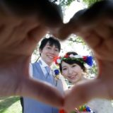 結婚式で手でハートを作る新郎新婦