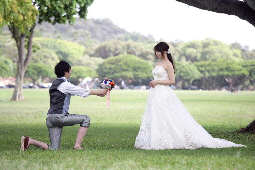 結婚式で新婦に花束を贈る新郎