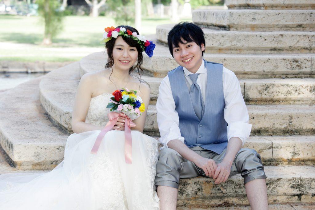 婚活ブログ_結婚式で階段に座る新郎新婦
