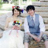 結婚式で階段に座る新郎新婦