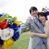 結婚式で花束をかざす新郎新婦