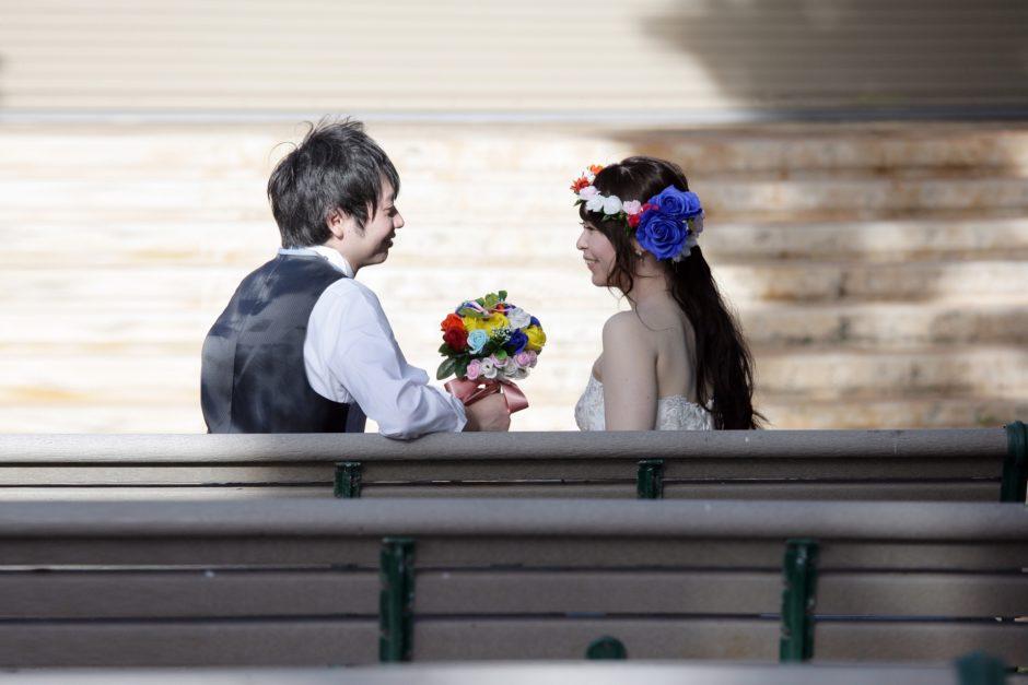 結婚式でベンチで見つめ合う新郎新婦