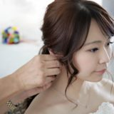 結婚式前に髪を整える新婦