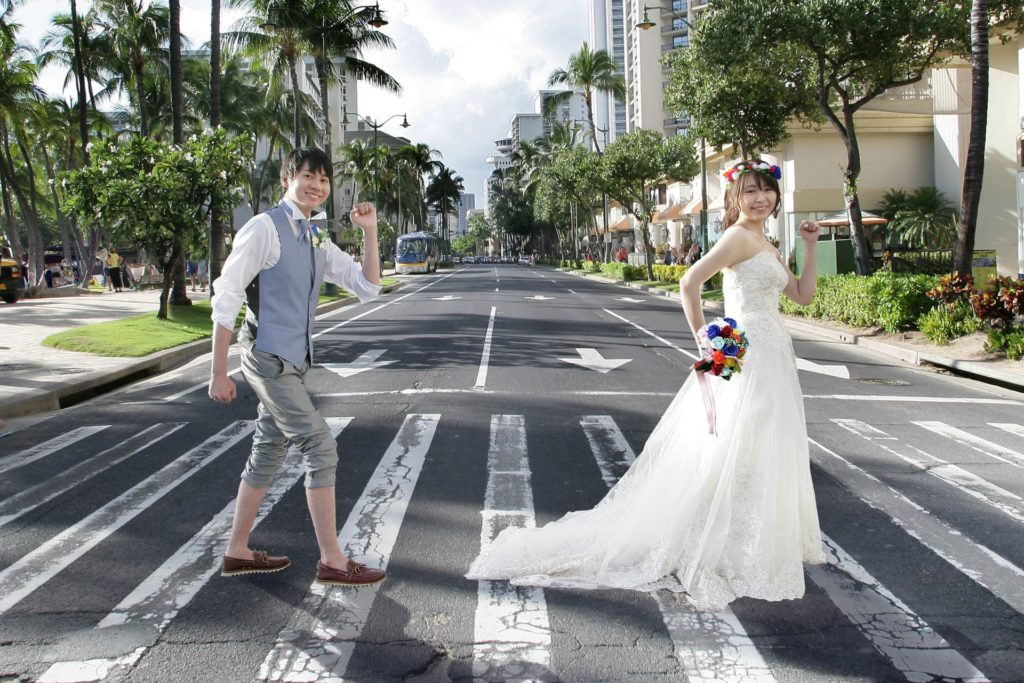 結婚式で横断歩道を楽しそうに渡る新郎新婦