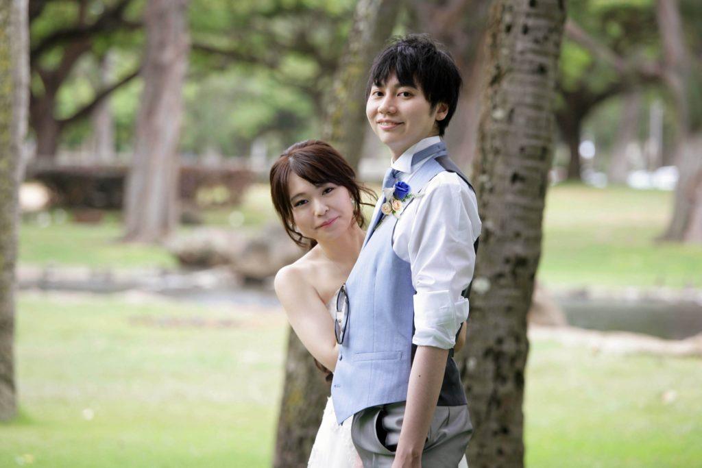 婚活ブログ_結婚式で木陰で寄り添う新郎新婦